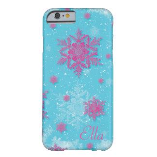 Copos de nieve rosados en el caso azul claro del funda para iPhone 6 barely there
