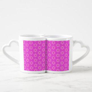 Copos de nieve rosados que hacen girar en invierno tazas para enamorados