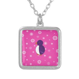 Copos de nieve rosados y blancos del pingüino púrp colgante cuadrado