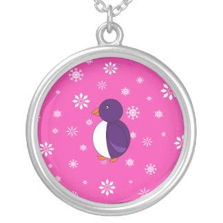 Copos de nieve rosados y blancos del pingüino púrp colgante redondo