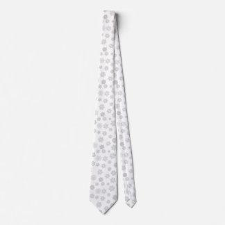 Copos de nieve tridimensionales blancos en un corbata