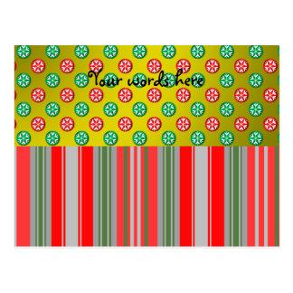 Copos de nieve verdes rojos en círculos en el oro tarjeta postal
