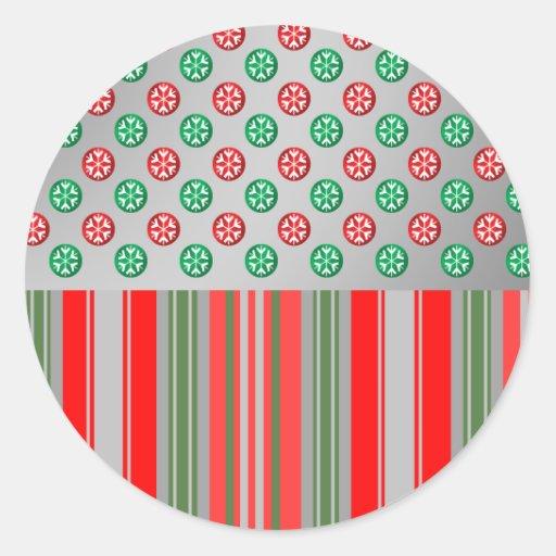Copos de nieve verdes rojos en círculos en las pegatina redonda