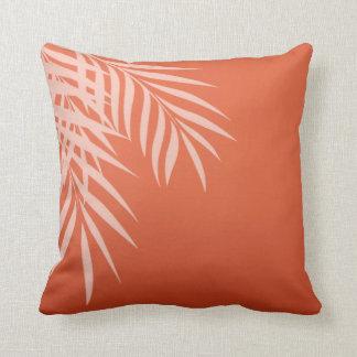 Coral de la silueta el de la palmera de la playa cojin