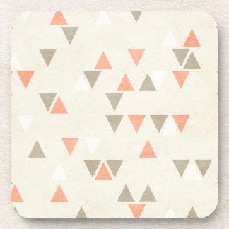 Coral de los triángulos de la MOD y flechas abstra Posavasos De Bebidas