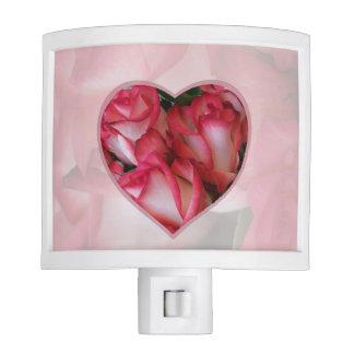 Corazón 1 de los rosas rojos y blancos luz de noche