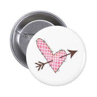 Corazón acolchado con la flecha pin redondo 5 cm