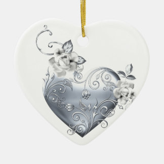 Corazón afiligranado de plata y rosas blancos adorno navideño de cerámica en forma de corazón