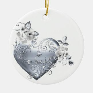 Corazón afiligranado de plata y rosas blancos adorno navideño redondo de cerámica