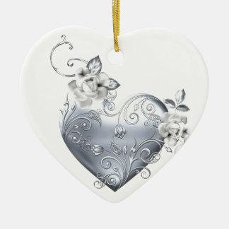 Corazón afiligranado de plata y rosas blancos ornato