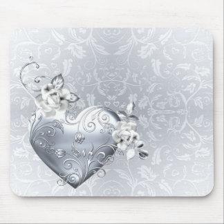 Corazón afiligranado de plata y rosas blancos tapete de raton