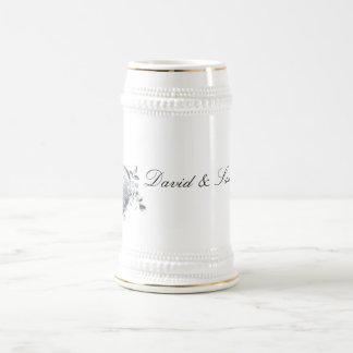 Corazón afiligranado de plata y rosas blancos taza de café