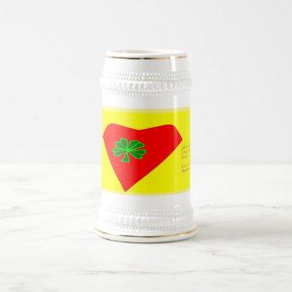 corazón afortunado del trébol de cuatro hojas jarra de cerveza