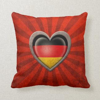 Corazón alemán envejecido de la bandera con los ra almohadas
