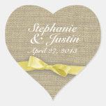 Corazón amarillo de la cinta y de la arpillera colcomanias de corazon