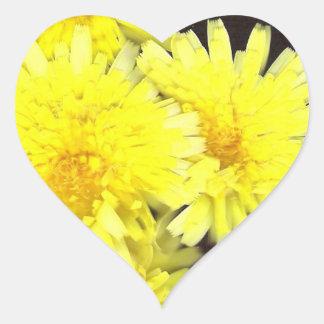 Corazón amarillo de las flores salvajes pegatina en forma de corazón