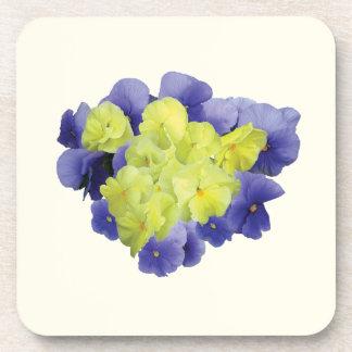 Corazón amarillo y púrpura del pensamiento posavasos