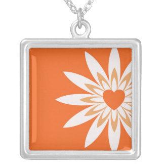 Corazón anaranjado y blanco en collar de la flor