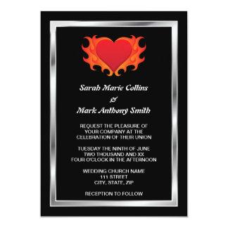 Corazón ardiente con el boda del motorista de la invitacion personal