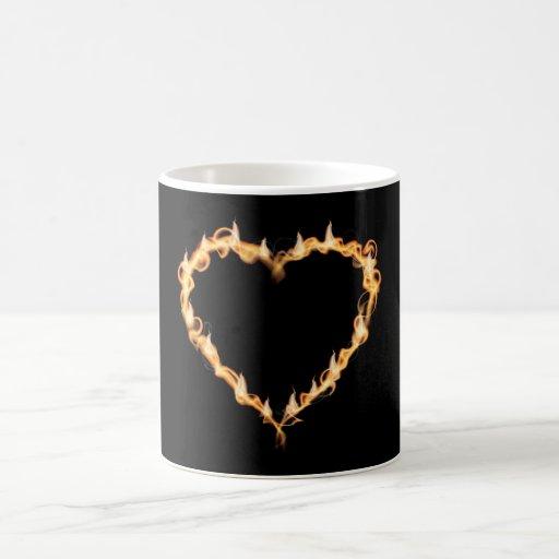 Corazón ardiente de los gráficos oscuros del amor taza
