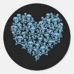 Corazón azul de cráneos etiquetas redondas