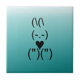 Corazón azul del texto y del teclado del conejito azulejo cuadrado pequeño