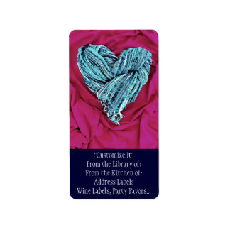 Corazón azul del trullo fresco en la tela de las etiqueta de dirección
