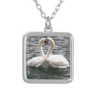 Corazón blanco del cisne que se besa collares personalizados