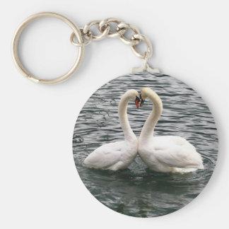Corazón blanco del cisne que se besa llavero personalizado