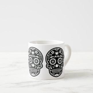 Corazón blanco y negro del cráneo del azúcar taza espresso