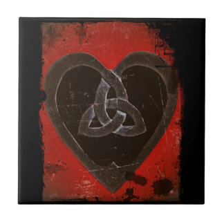 Corazón céltico apenado en rojo azulejo cuadrado pequeño