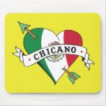 Corazón chicano del tatuaje con la bandera mexican tapetes de raton
