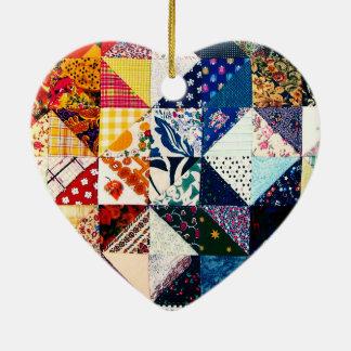 Corazón colorido del edredón de remiendo adorno navideño de cerámica en forma de corazón