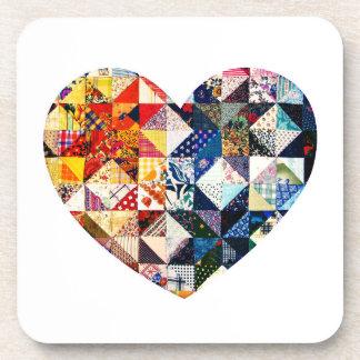 Corazón colorido del edredón de remiendo posavaso