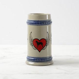 Corazón con alas perro revestido rizado del perro jarra de cerveza