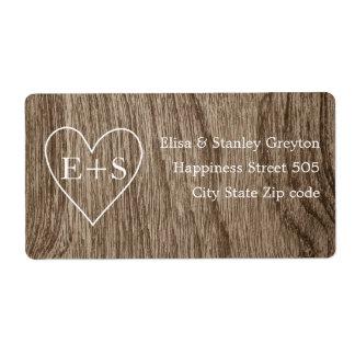 Corazón con el boda rústico del grano de madera de etiquetas de envío