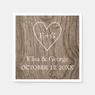 Corazón con el boda rústico del grano de madera de servilleta desechable