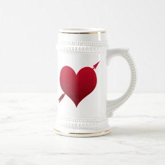 corazón con el stein de la cerveza de la flecha jarra de cerveza