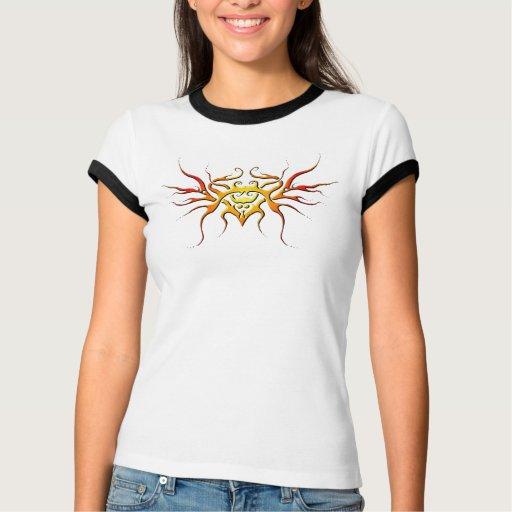 Corazón con el tatuaje tribal de las alas - llama playera