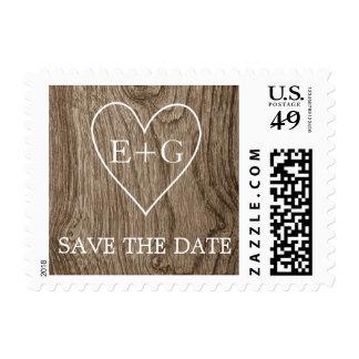 Corazón con iniciales en la reserva de madera del sellos postales