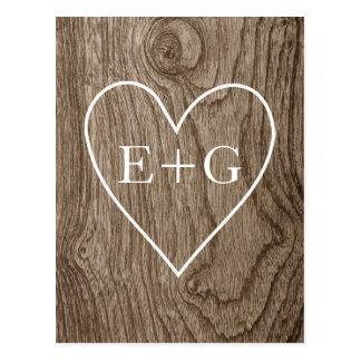Corazón con iniciales en la reserva de madera del postal