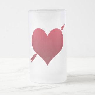 Corazón con la taza de cerveza helada flecha