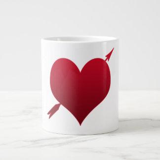 corazón con la taza del jumbo de la flecha taza grande