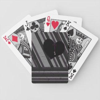 Corazón con los cráneos en naipes de las rayas baraja cartas de poker