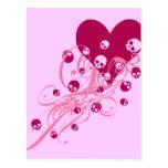 Corazón con los cráneos rosados y los remolinos postal