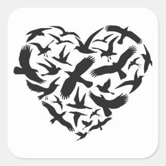 Corazón con los pájaros de vuelo pegatina cuadrada