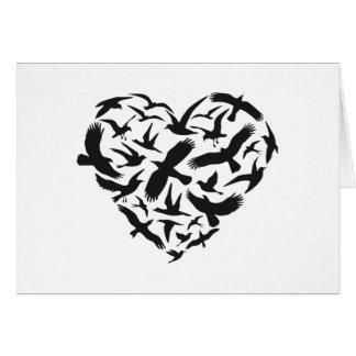 Corazón con los pájaros de vuelo tarjeta de felicitación