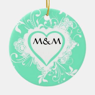 Corazón con monograma de la verde menta en colores adorno redondo de cerámica