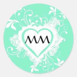 Corazón con monograma de la verde menta en colores pegatina redonda