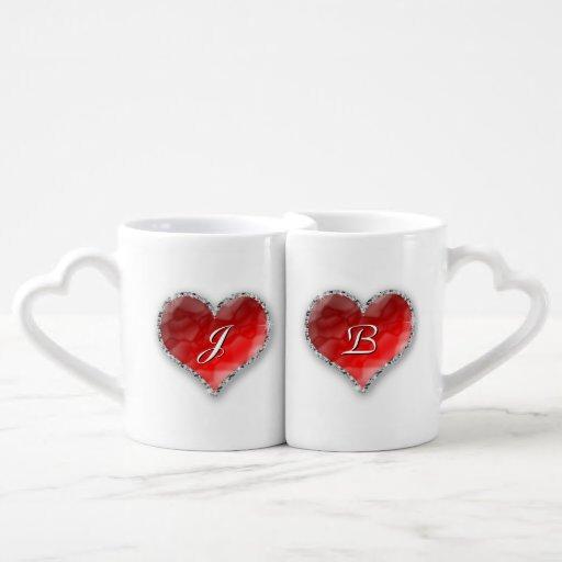 Corazón cristalino con el monograma tazas amorosas